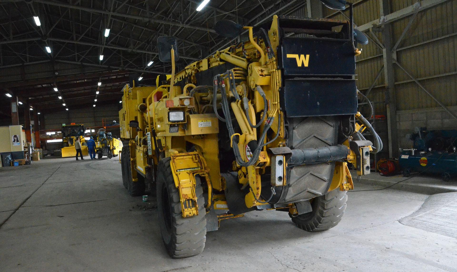 大型路面切削機を何台も同時にメンテナンス作業ができる広さを確保